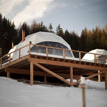 Plateforme avec maisons bulles design - Igloos contemporains