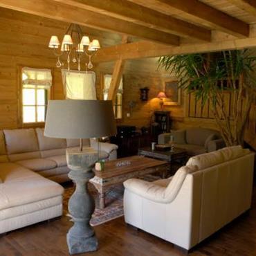 Salon traditionnelle avec murs et plafond en bois. Poutres apparentes