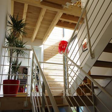 Escalier ajouré en bois, lumière naturelle