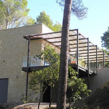 Maison pierre et bardage bois avec pergola brise soleil ganivelle