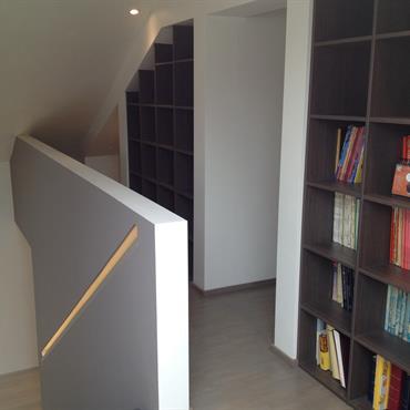 Bibliothèques noirs dans le couloir