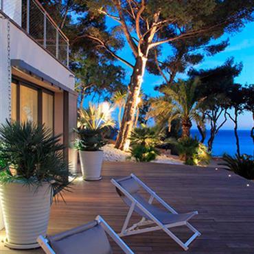 Terrasse en bois avec vue sur la mer