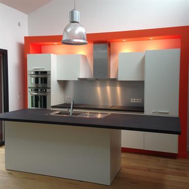 Réalisation d'une cuisine César en stratifié blanc, avec prise de main sans poignée, laqué blanc, électroménager haut de gamme Kitchenaid, sanitaire blanco.