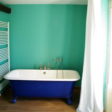 Salle de bain dans les tons turquoise avec baignoire ancienne pattes de lion