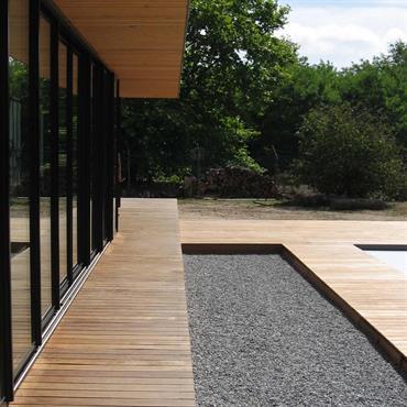 Terrasse en plusieurs morceaux : bois et graviers