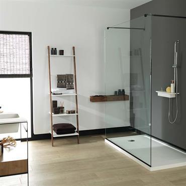 Salle de bain aux éléments composés d'un mélange de Krion® et de bois