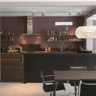 Salle à manger au mobilier noir, sol blanc
