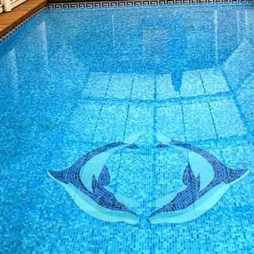 Piscine avec fond en mosaïque, mosaïque dauphins