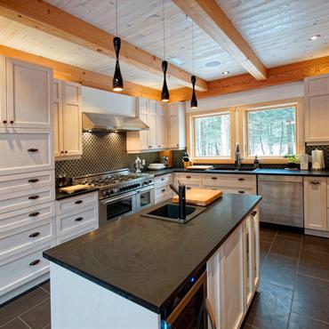 Cuisine au design traditionnel modernisée, dans une grande maison en bois.
