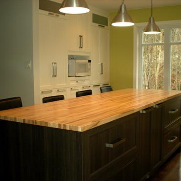 Ilot de rangement en bois noir et table en bois jaune