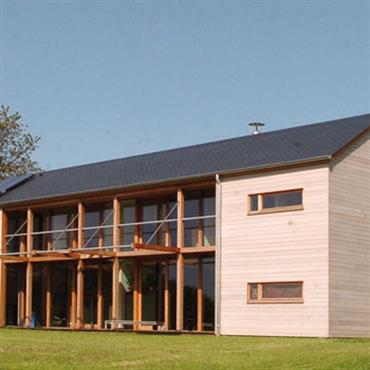 Maison moderne en bois, baies vitrées centrales