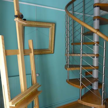 Cet atelier d'artiste a été créé dans la chambre d'amis d'une maison de village, dont on a récupéré les combles pour construire une mezzanine. Couleurs toniques et escaliers arachnéen pour ...