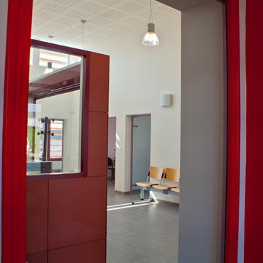 Couloir agrémenté de rouge