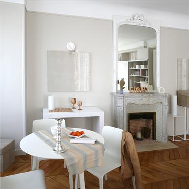 Petite salle à manger blanche très élégante