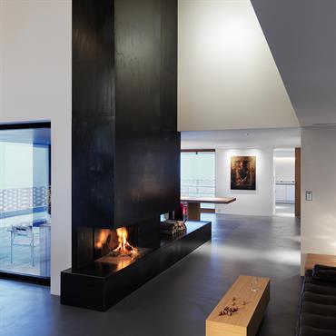 Salon où la cheminée devient monumentale