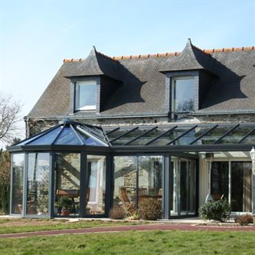 Véranda en aluminium avec un toit en verre