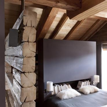 Lit design niché dans une petite chambre mansardée à l'ambiance rustique 100% bois !