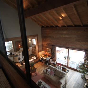 Salon cosy ambiance chalet vu depuis la mezzanine.