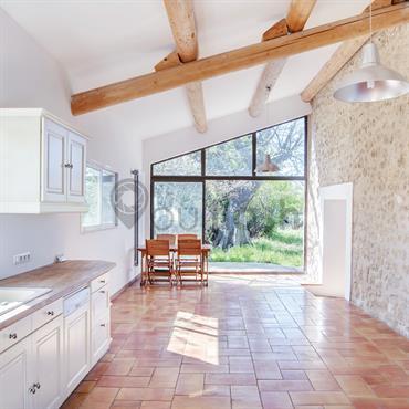 Grande cuisine authentique avec mur en pierre et carrelage traditionnel