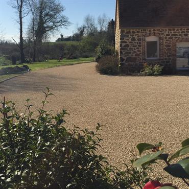 Le Gravistar® est un revêtement à aspect naturel, il est souvent utilisé pour des grandes surfaces comme des cours de maison ou corps de ferme.