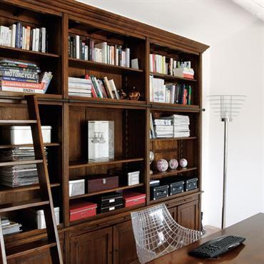 Bureau tout confort avec meuble bibliothèque en bois massif.
