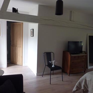 Murs blancs, poutres apparentes, porte en bois brut, parquet, petit meuble d'antiquaire ... on obtient ainsi une belle ambiance naturelle !
