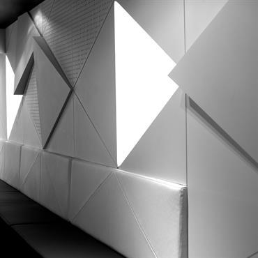Détail banquette en triangle symétrie de l'éclairage mural