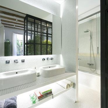 Salle de bain avec mosaïque de petits carreaux en pâte de verre blancs