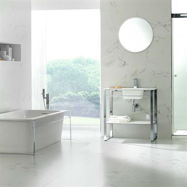 Eléments de salle de bain en Krion® avec armatures en inox.
