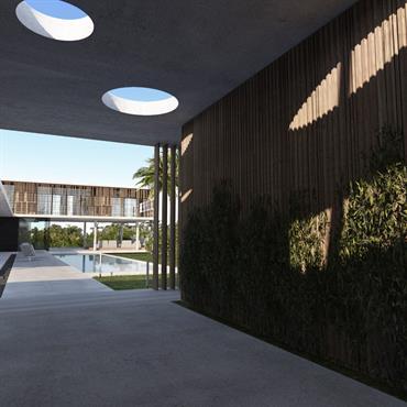 Passage couvert en bois et béton avant l'accès à la villa