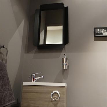 Petit lavabo et miroir dans des toilettes modernes