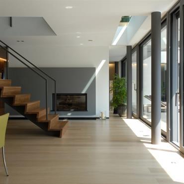 Descente d'escalier face au jardin, escalier en bois et métal