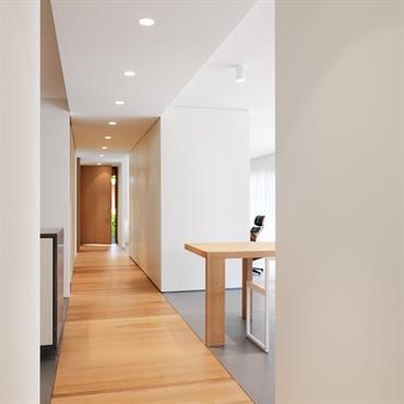 Couloir délimité par un parquet hêtre.