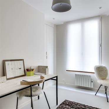 Intégration d'éléments en fourrure blanche dans une pièce design