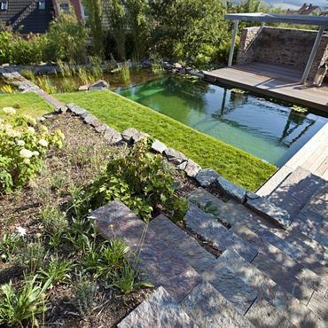 Le jardin offre de l'ombre sous les arbres pour se reposer, de la place pour pique-niquer, une terrasse en bois pour prendre des bains de soleil et des cachettes pour ...