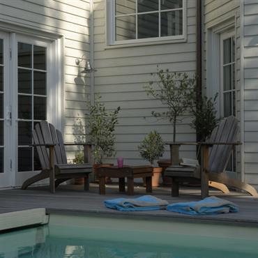 Piscine extérieure et terrasse en bois naturel