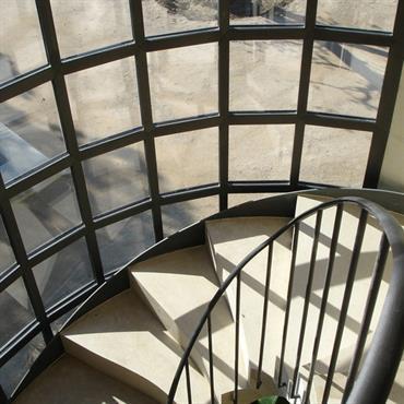 Escalier à l'intérieur de bow-window