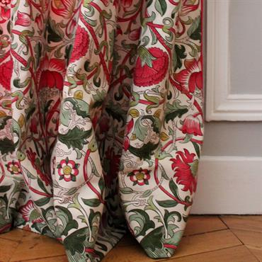 Touche originale avec ces rideaux imprimés rouges - Vue rapprochée sur le motif