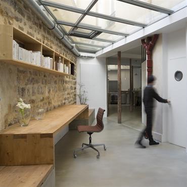 Situé dans un bâtiment d'époque haussmannienne, cet ancien atelier se trouve au rez-de-chaussée et donne sur une cour intérieure. Les anciens propriétaires avaient d'ores et déjà couvert deux patios extérieurs ...