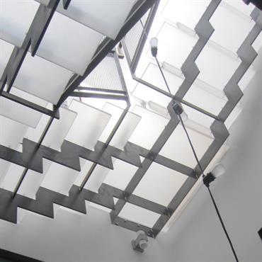 Gros plan sur le puits de lumière dans la cage d'escalier