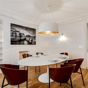 Les meubles et accessoires aux lignes oblongues apportent une ambiance chic et contemporaine à l'appartement.