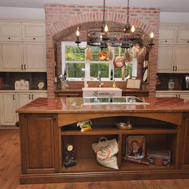 Ilot de cuisine avec plaque de cuisson et plan de travail carrelé