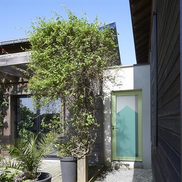 En référence au cabanon méridional, ce modèle en aluminium offre un côté décalé et vintage à la maison. En écho aux cabanes de jardin ou de bord de mer, cette ...