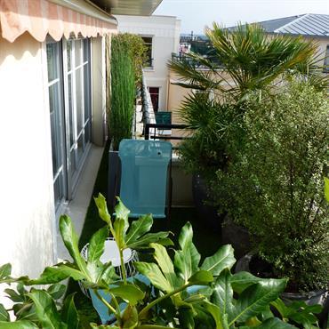 Coin détente aménagé sur un petit balcon, avec gazon artificiel
