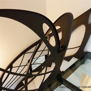 Cet escalier design débillardé en métal d'inspiration Art Nouveau est une création originale de Jean Luc Chevallier pour La Stylique.