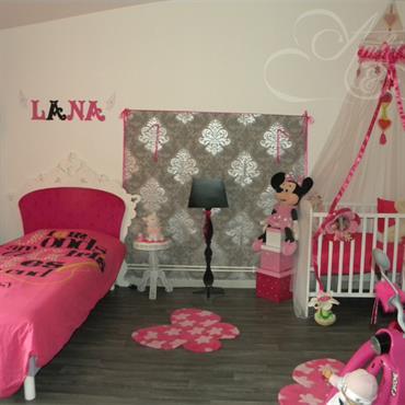 Chambre rose et blanche, lit pour enfant et lit bébé avec voilage