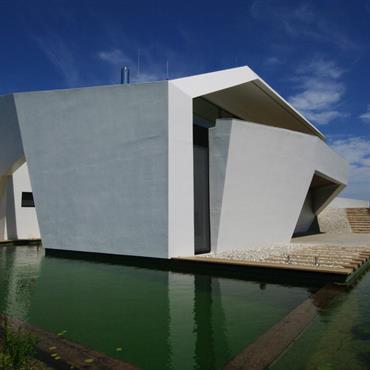 Une architecture résolument moderne en parfaite harmonie avec une baignade naturelle. La piscine naturelle d'une surface de 105 m² prolonge les  lignes droites d'une architecture très contemporaine jusque dans ...