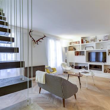 Salon de l'appartement vu de l'escalier