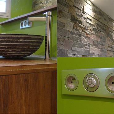 Salle de bain moderne. Parement en briques, meuble en bois, vasques à poser rondes, mur vert