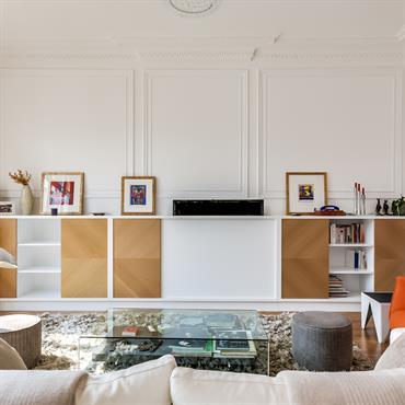Meuble télé bas sur mesure. La Télévision LED est masquée dans le meuble. Un système télécommandable permet de la faire apparaître ou de la rentrer à l'intérieur du meuble.